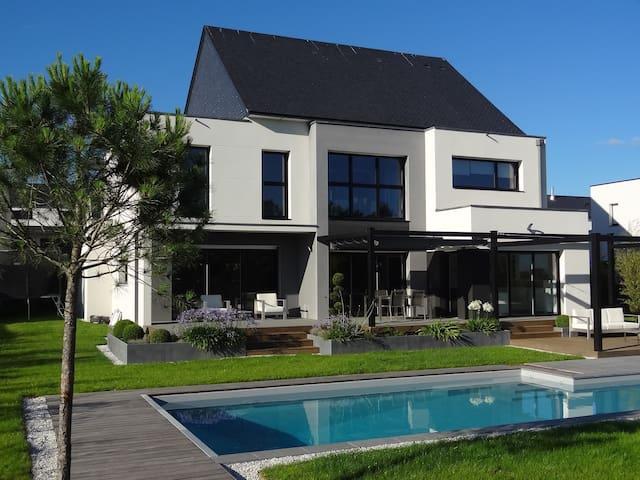 Maison moderne 8-10 pers de 275m2 avec piscine - Saint-Grégoire - Huis