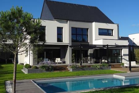 Maison moderne 8-10 pers de 275m2 avec piscine - Saint-Grégoire - Dům