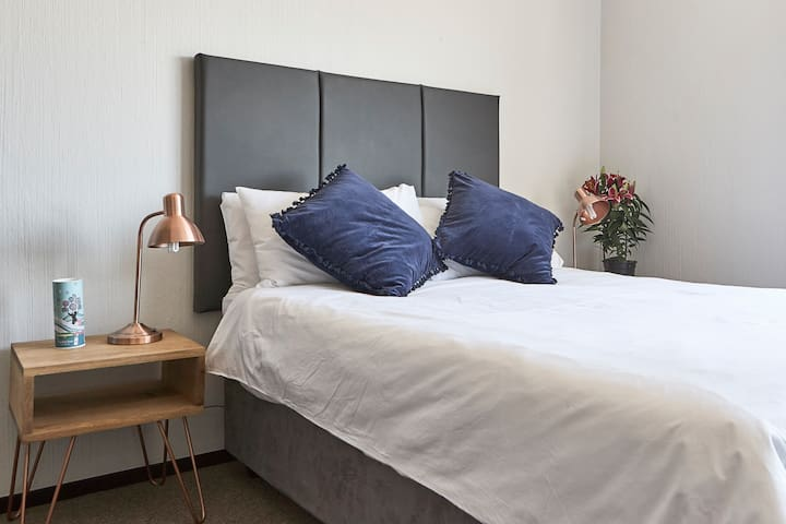 Quality linen and comfy bed- one bedroom only