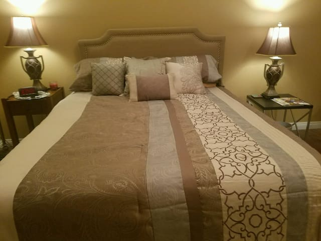 Upstairs private bedroom and bathroom. - Stockton - Huis
