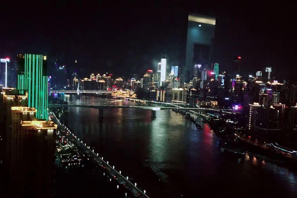 来重庆怎么能错过美美的江景呢?在这里,无论是主卧、次卧还是阳台,你都可以欣赏到美丽的江景,选择我们,一定不会让你失望。