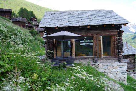 mayen à Jean, Val d'Hérens, Valais, Sion, Suisse - Evolène - Blockhütte