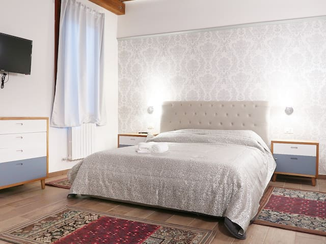 King-size deluxe room with private bathroom