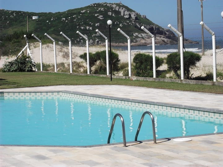Apartamento com piscina na beira do mar