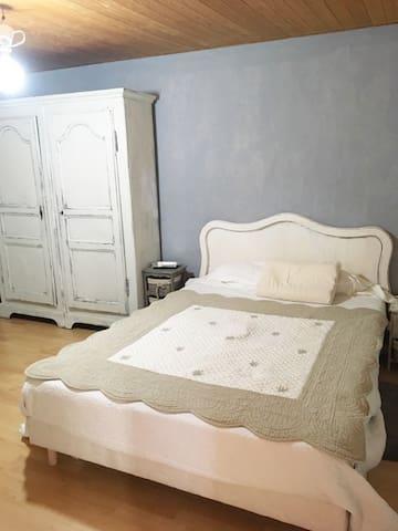 petite chambre  d'une maison en campagne