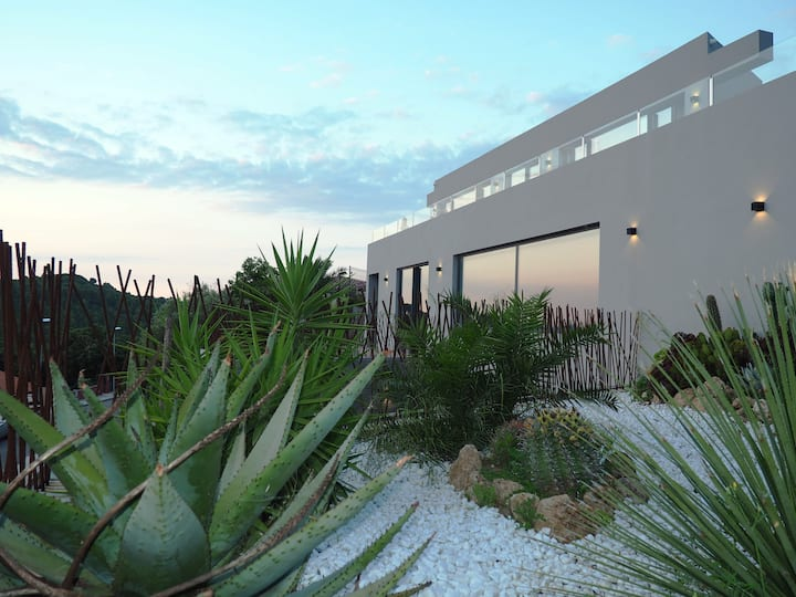 Casa Lou, architect villa w. heated pool at Begur