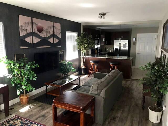 Modern private upstairs in Family Neighborhood