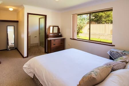 Queen bed room w/ private bathroom at Our Place - Augusta - Dom