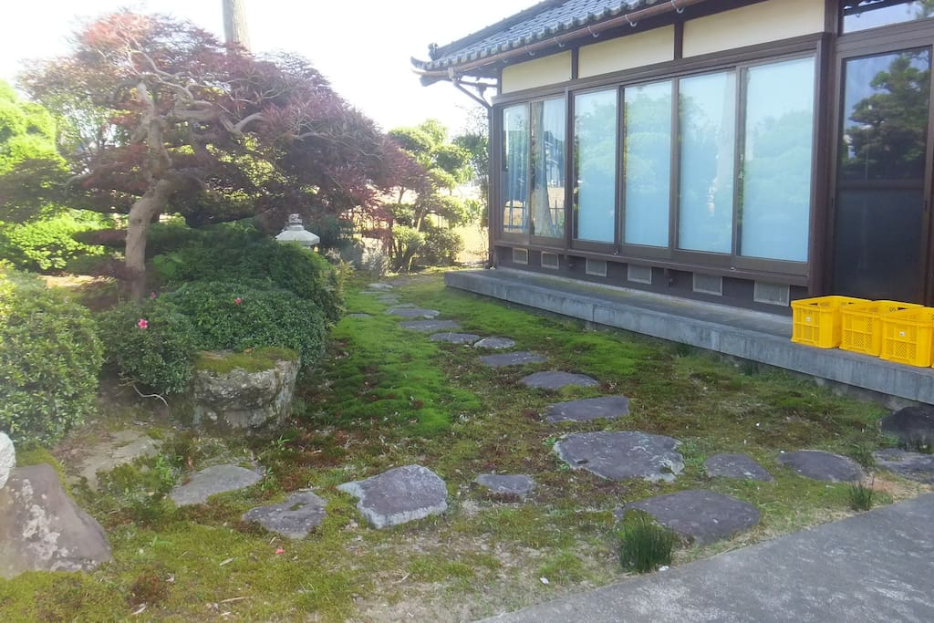 庭園 Japanese style garden with stone paving