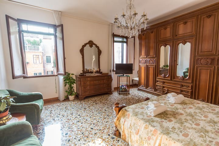 Bright typical Venetian apartment in the center