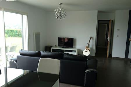 Maison moderne avec jaccuzzi - Orleix