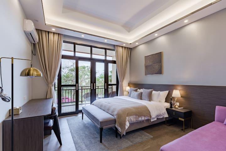 二楼主卧带一个2.2*1.0的贵妃榻,衣帽间,浴室,浴缸,淋浴区,智能马桶