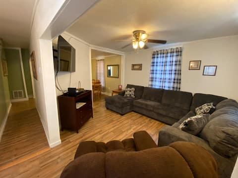Huge 3 Bedroom Home - sleeps 8