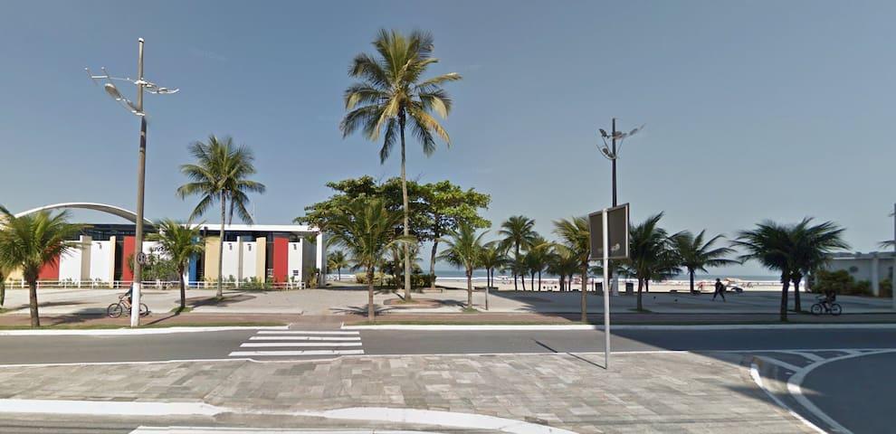 Kitnet no Boqueirão (200m da praia)