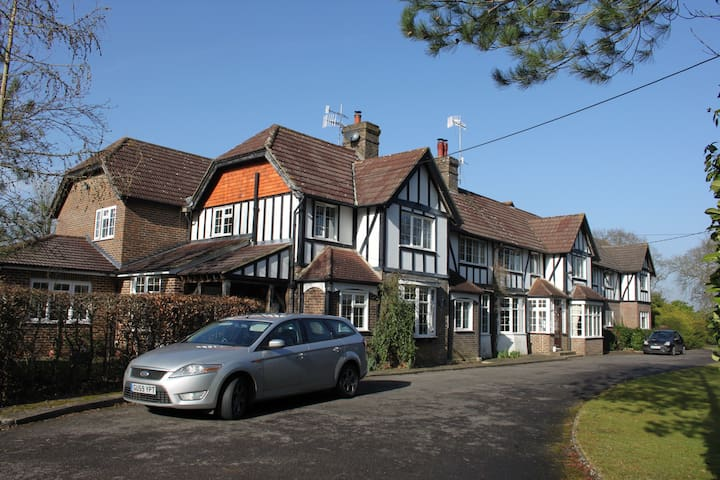 Gatwick B&B with Parking Groups/Families