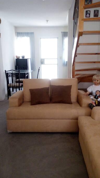 Estancia con 2 cómodos sillones, 1 taburete, televisión. ( NO PANTALLA )