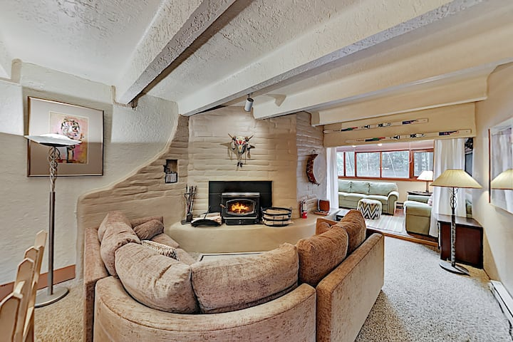 Chic Forest-View Condo with Balcony - Near Slopes!