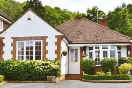 Charming bungalow in Godalming with double room
