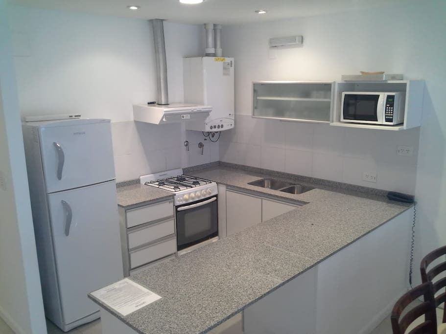 Cocina completa. Fully equipped kitchen. Cozinha complete.