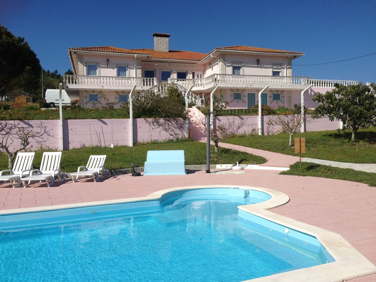 Appartement F2 dans Maison (vue de la piscine)