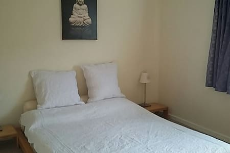 Central room, king bed, parking with breakfast - Tonbridge