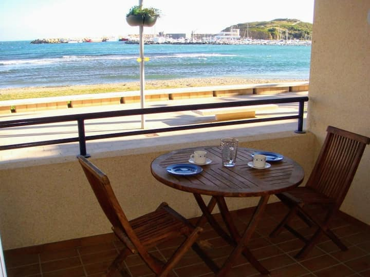 079 Apartment to rent  with terrace in front off the sea