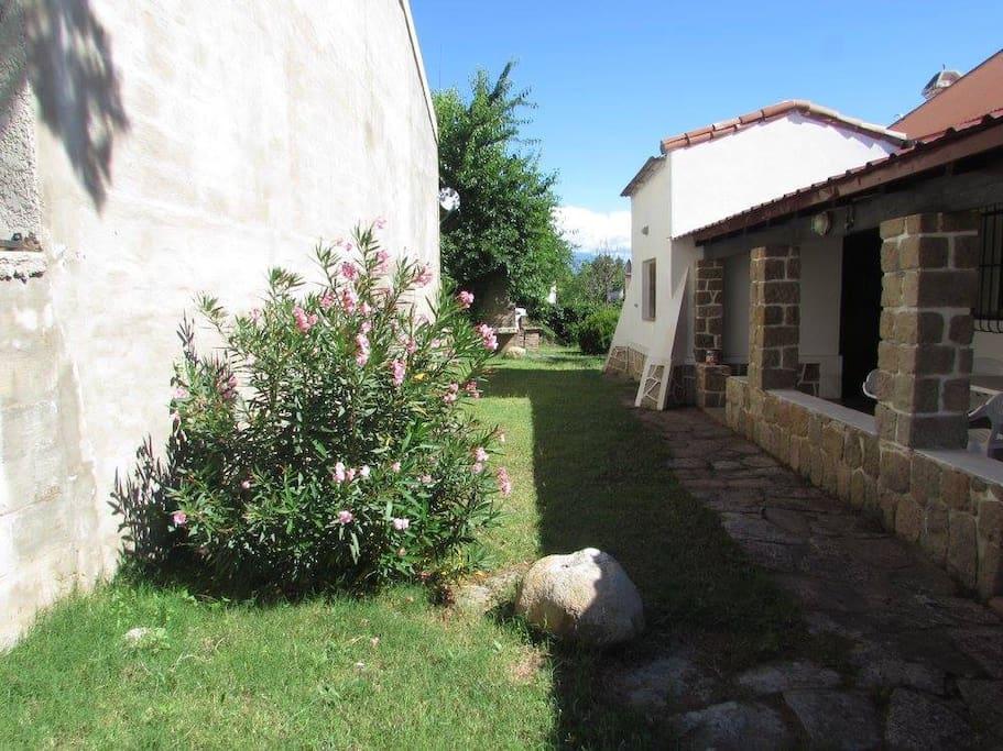 Jardín lado izquierdo