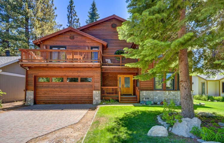 NEW! 4BR Home w/Jacuzzi 15 Min to South Lake Tahoe