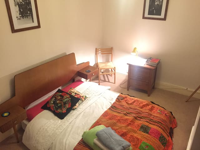 Double room in cosy Chorlton terrace house. - Manchester - Haus