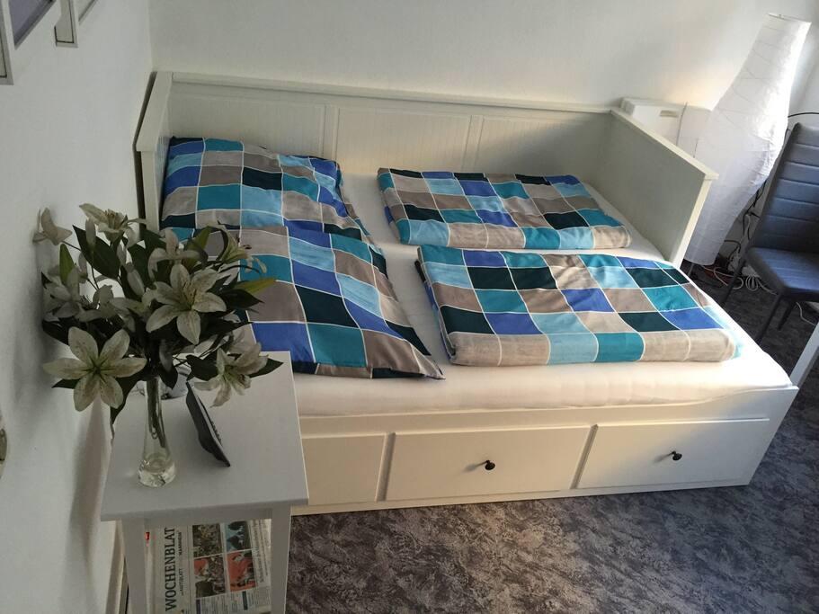 Das Bett bietet im ausgezogenen Zustand ausreichend Platz für 2 Gäste.