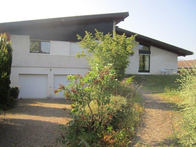 Spatieuse maison avec jardin proche lac et centre