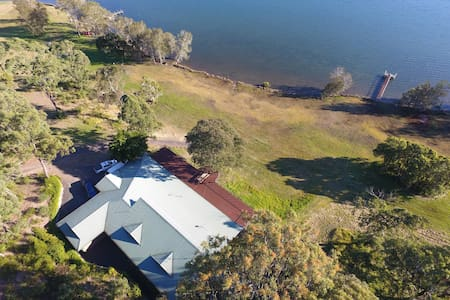 The Lakehouse - Waterfront 6 Bedrooms/3 Bathrooms