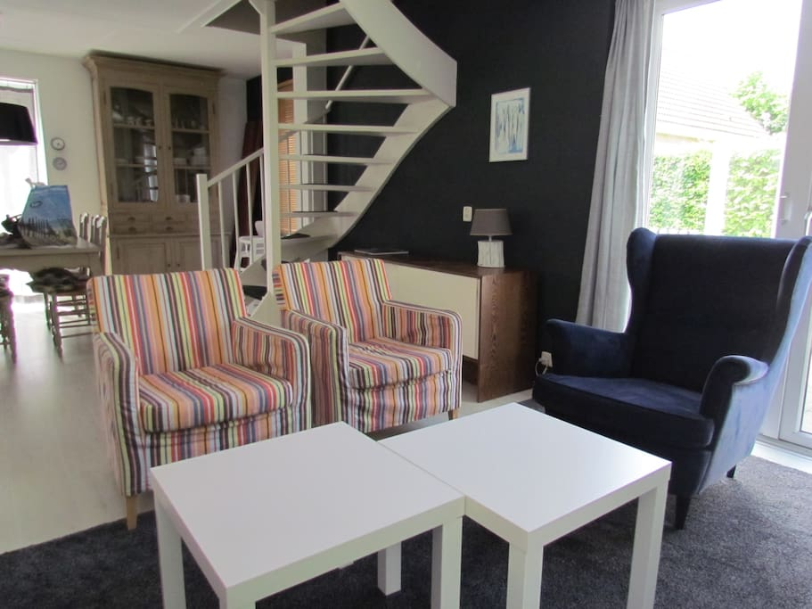 Gezellige zithoek met royale zachte bank en 3 losse fauteuils. Comfy place to relax with sofa and chairs.