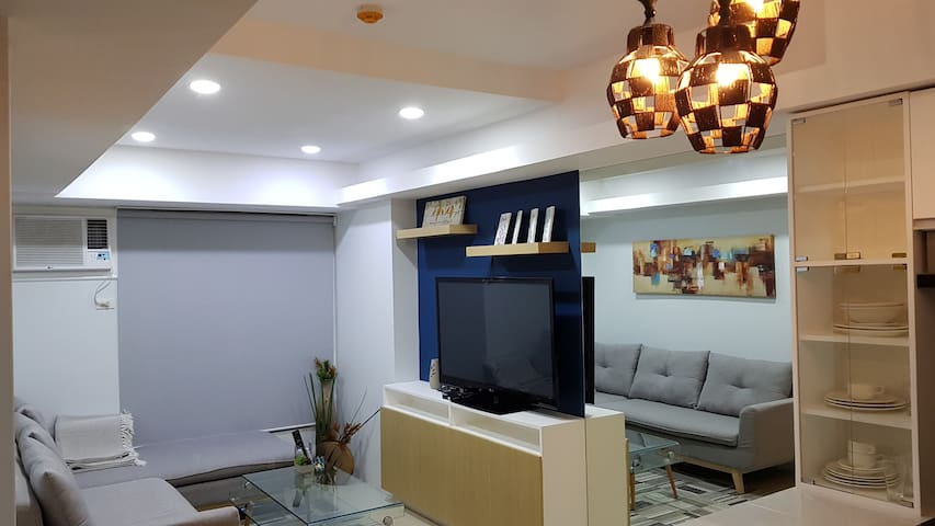 New! Fully furnished BGC Condo with Free Parking!
