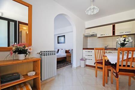 Studio-Appartement mit große Terasse im Garten - Poreč - Apartamento