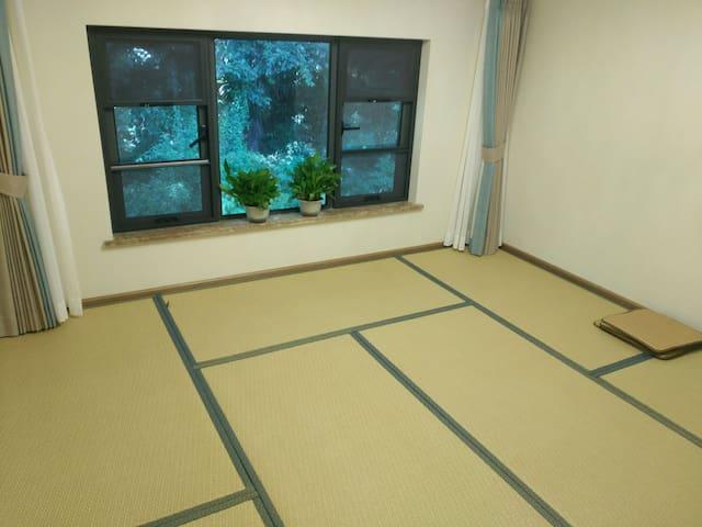 此房是榻榻米房,打地铺也可以的。