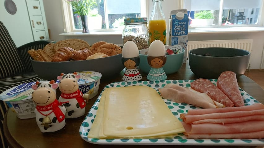 Indicatie van het ontbijt. Vegetarisch is ook mogelijk. Het ontbijt wordt op de kamer geserveerd.