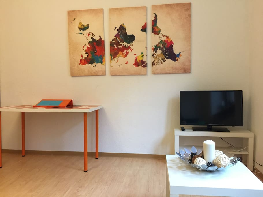 Wohnzimmer / TV / Schreibtisch