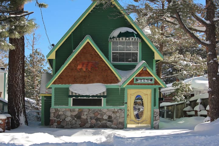 Storybook Chalet: WiFi, Cable TV, Fireplace