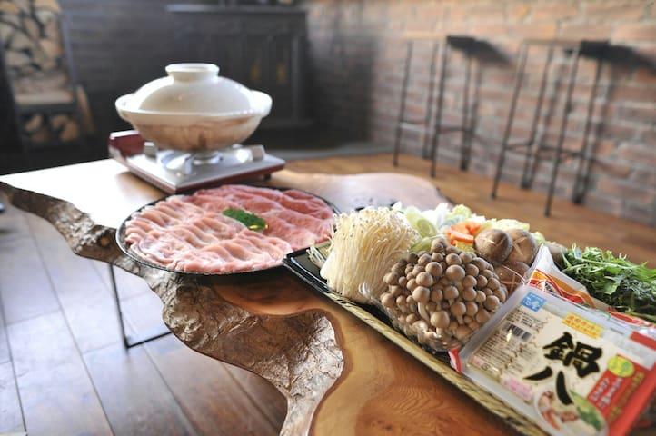 オプション申込みで下準備も出来ているすき焼きセット(松・竹・梅)ご用意出来ます
