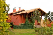 Vista frontal/lateral de la Casa