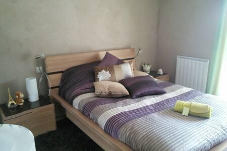Chambre cosy avec vue sur les falaises de Ceüze