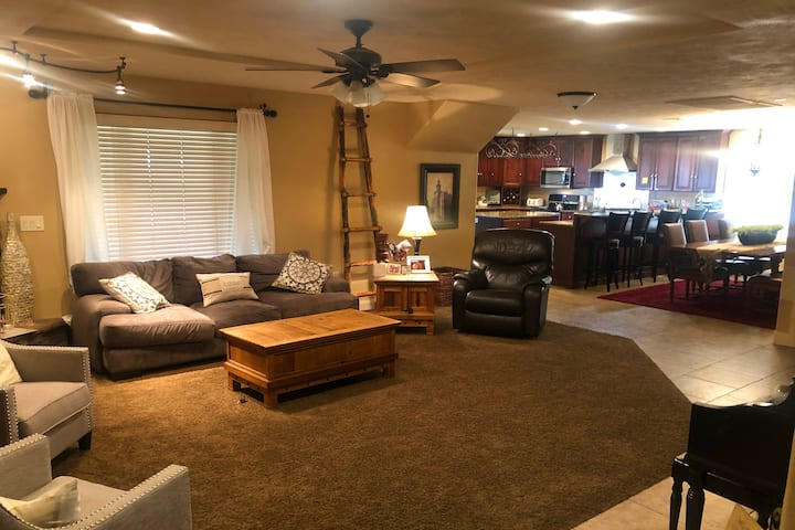 6-Bed, 3-Bath Perfect for Groups – w/HOT TUB!!