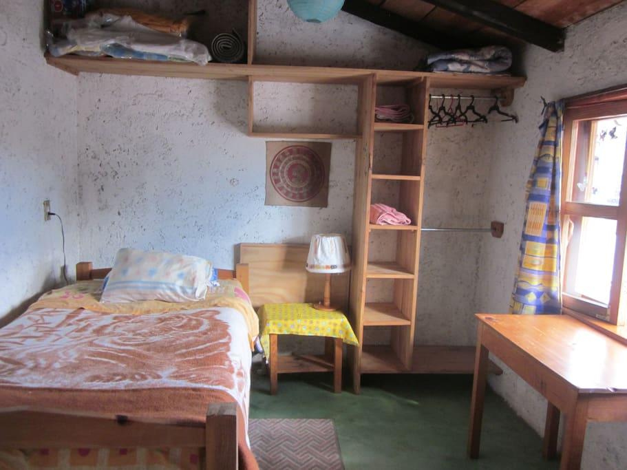 hay suficientes muebles para guardar tus cosas, un escritorio con silla, luz de cuarto y luz para leer. Hay cobijas y almohadas adicionales