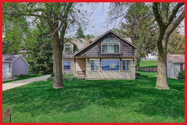 Private bed/bath in quiet neighborhood w/lake view