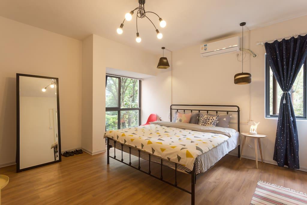 宽敞舒适的卧室