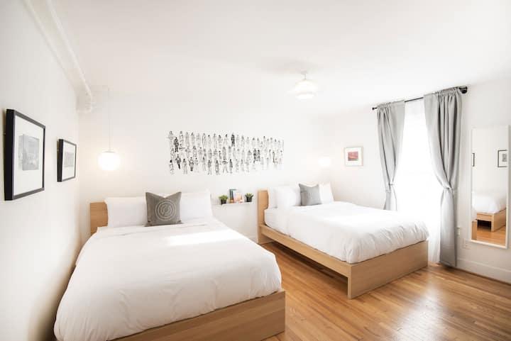 Private Deluxe Double Queen Room in Hostel