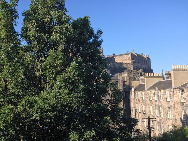 3 bed with Castle views & close to city centre