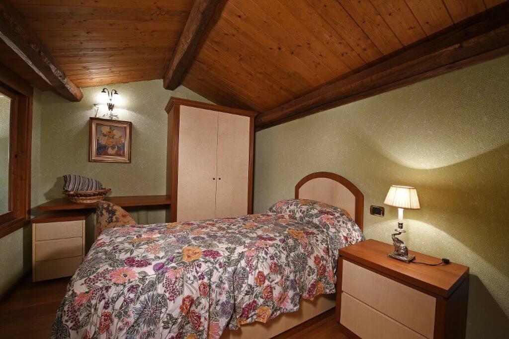 Questa è la cameretta singola soppalcata con scrivania e con finestrature che danno sul soggiorno