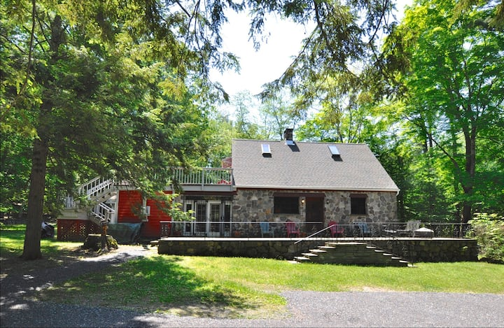 STONE COTTAGE Big Kitchen, PVT, Stone Fireplace